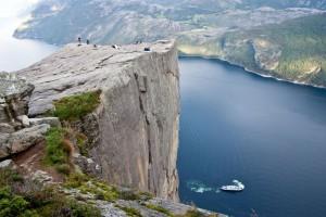 Preikestolen : Une falaise au-dessus de la terre et de l'écume