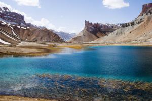 Band-e Amir : six lacs au bleu profond sur tons blancs