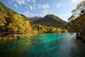 La vallée de Jiuzhaigou : entre eaux turquoise et forêts verdoyantes