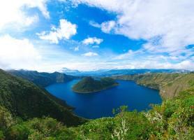 Laguna de cuicocha : la beauté céleste dans l'eau