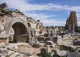 Pergé: découvrez cette flamboyante cité d'Artémis