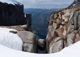 Kjeragbolten: découvrez cette roche exceptionnelle