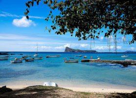 Cap Malheureux: l'île de l'église au toit rouge